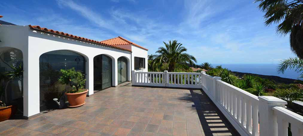 Spacious villa with separate guest house and pool
