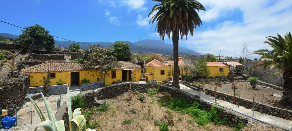 Two simple, canarian houses in El Paso at a reasonable price