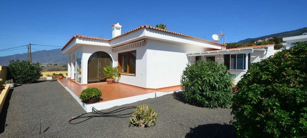 House with pool and studio in excellent location of Las Norias